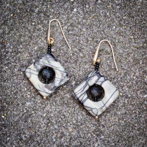 Ohrringe aus durchbrochenen Quadraten aus Pikassojaspis (25 x 5 mm), Lavascheibchen (6 x 3 mm), Glasperlen und Silber