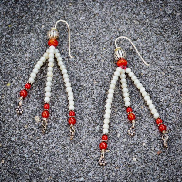 Ohrringe aus Quarz (3mm), Schaumkoralle (5 x 3 mm), Carneol ( 4 mm) und Silber. Passend zu den Ohrringen gibt es ein Armband.