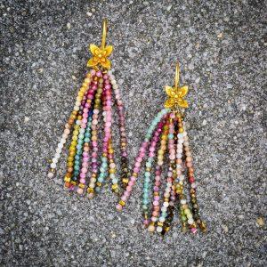 Ohrringe aus facettiertem Turmalin (2mm) und vergoldeten Silberblumen.