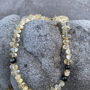 Collier aus Zitrin, Obsidian und vergoldetem Silber