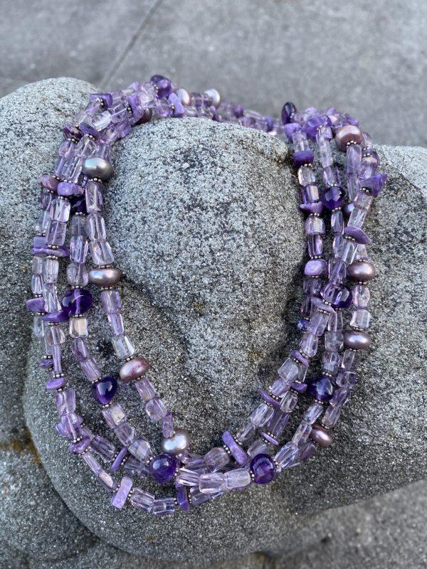 Vierreihiges Collier aus Amethyst, Charoit, gefärbten Perlen und Silber