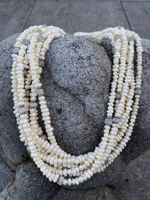7-reihiges Collier aus Süßwasserperlen, Mondstein und kleinen Silberblümchen