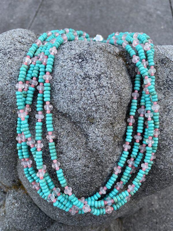 5-reihiges Collier aus Magnesit, Rosenquarz und fossiler Koralle